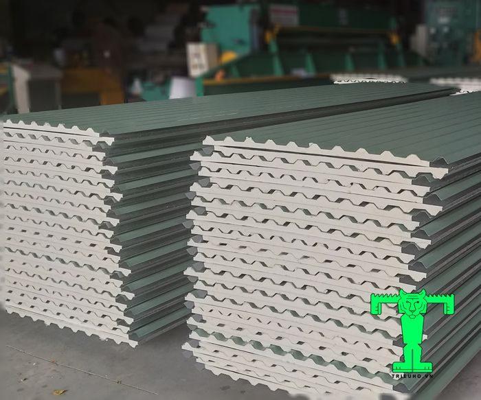 Tôn Đông Á cách nhiệt 3 lớp: tôn nền dày 0.30mm + PU + giấy bạc 1 khối thống nhất nên khi công dễ dàng và nhanh chóng