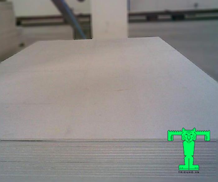 Tấm trần Cemboard hay còn được gọi là tấm bê tông nhẹ, tấm xi măng nhẹ.