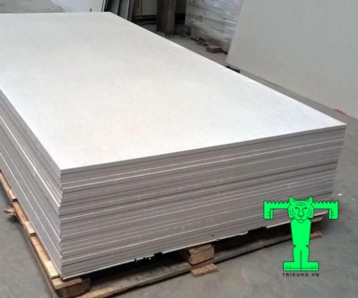 Tấm bê tông nhẹ này là dạng tấm có thành phần chính là xi măng Portland (70%), cát siêu mịn, sợi Cenlulose tự nhiên và vôi bột.