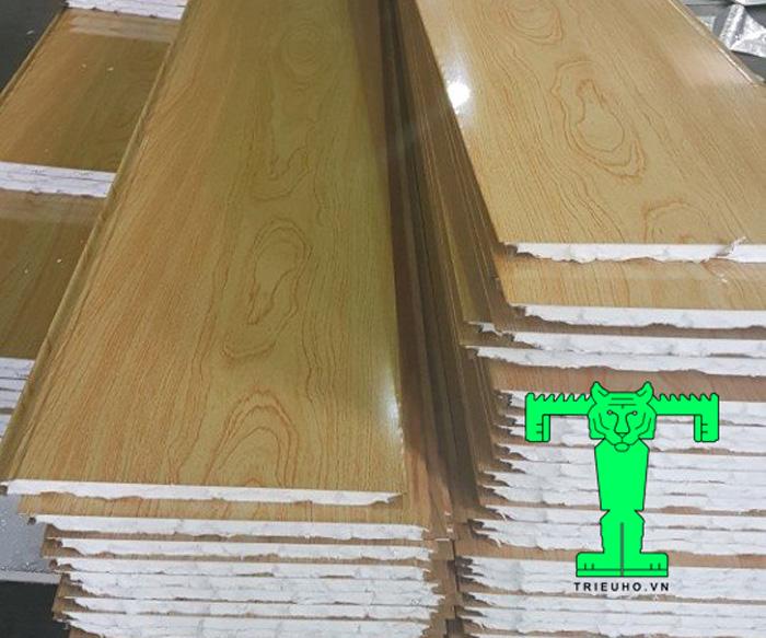 Trần tôn 3 lớp mang lại không gian lắp đặt mát mẻ, dễ chịu lại còn thẩm mỹ cao