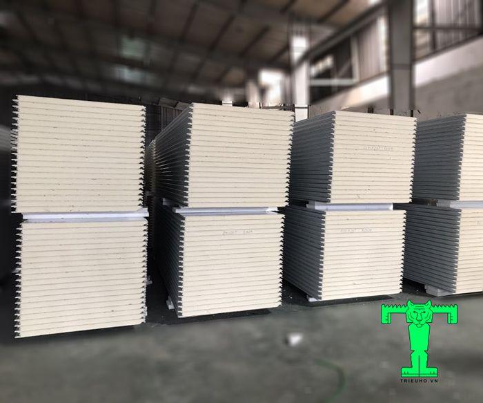 Tấm Panel PU 3 lớp tôn nền dày 0.45mm + PU 100mm + tôn 0.45mm có ưu điểm nổi bật là cách nhiệt vô cùng tuyệt vời