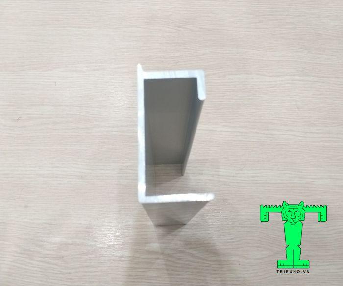 Thanh C thường làm ray cửa trượt Panel là phụ kiện không thể nào thiếu để hoàn thành 1 chiếu cửa trượt
