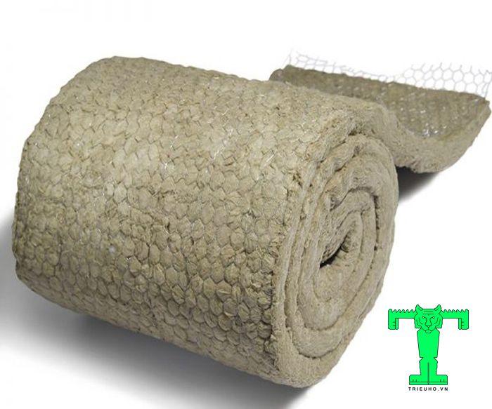 Bông khoáng 100mm tỉ trọng 100kg/m3 dạng cuộn có lưới tăng thêm độ chắc chắn của vật liệu này