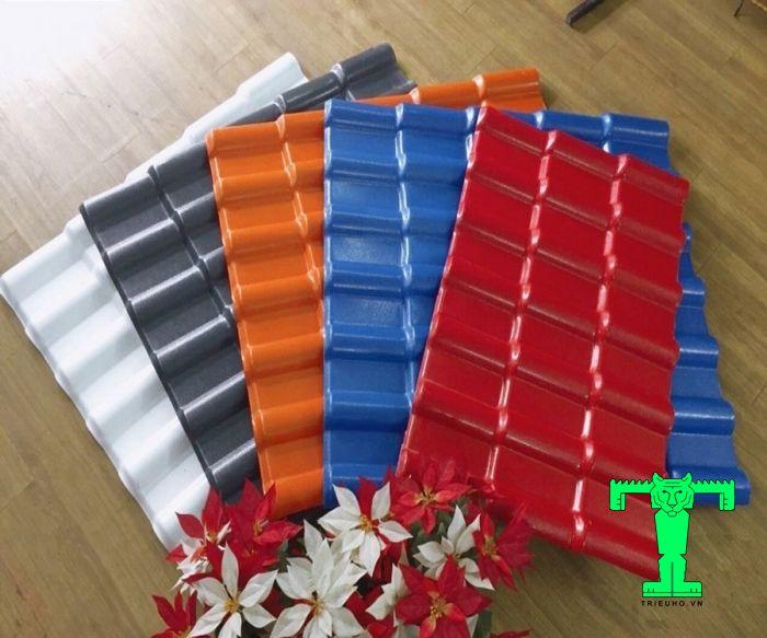 Tấm tôn nhựa PVC có nhiều màu sắc và độ dày nổi bật giúp khách hàng lựa chọn dễ dàng