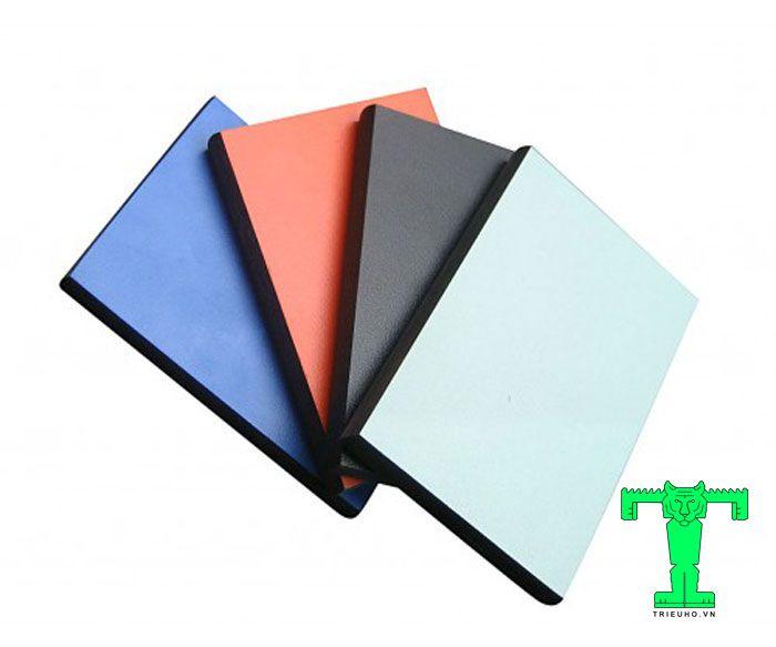 Tấm Compact dạng cứng, lõi đặc, được tạo thành từ nhiều lớp giấy nền Kraft