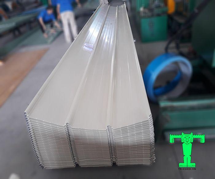 Tôn Cliplook sử dụng đai kẹp có cấu tạo 4 sóng, khổ 970mm, chiều dài cắt theo yêu cầu