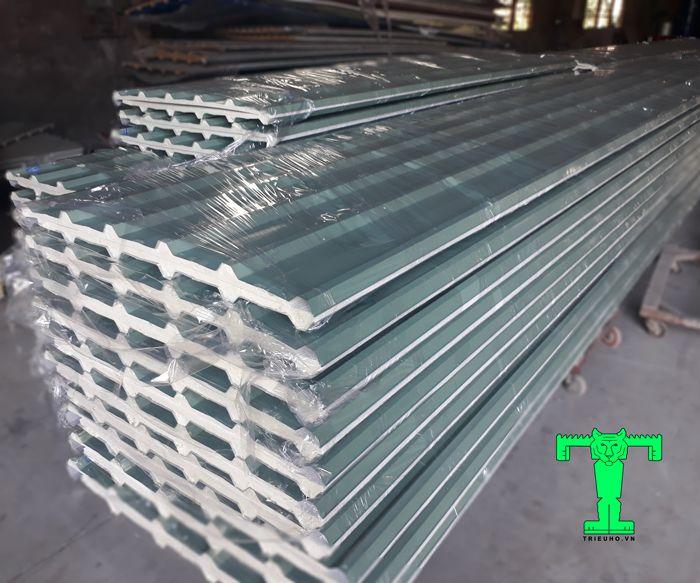 Tôn cách nhiệt cấu tạo cụ thể là gồm 3 lớp. Tôn + vật liệu cách nhiệt + giấy bạc hoặc tôn.
