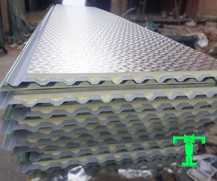 Độ dày tôn cách nhiệt PU có lớp giấy bạc dày 0,06mm là phù hợp với nhiều công trình