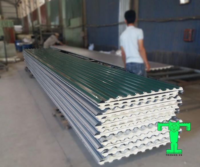 Tôn chống nóng 3 lớp Đông Á: tôn nền dày 0.40mm + PU + giấy bạc có mặt ở nhiều công trình dân dụng và công nghiệp