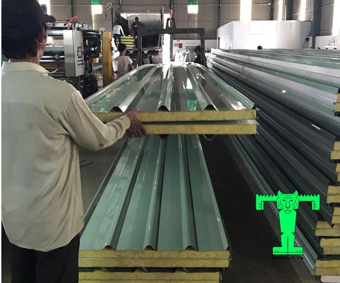 Tôn Glasswool chống cháy dày 100mm cấu tạo Glasswool chống cháy gồm lớp lõi EPS dày 100mm, 2 lớp tôn dày 0.40mm