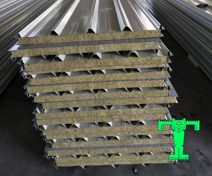 Tôn Rockwool chống cháy tôn 0.50mm + Rockwool 75mm + tôn 0.50mm với khả năng cách nhiệt, cách âm, chống cháy tuyệt vời