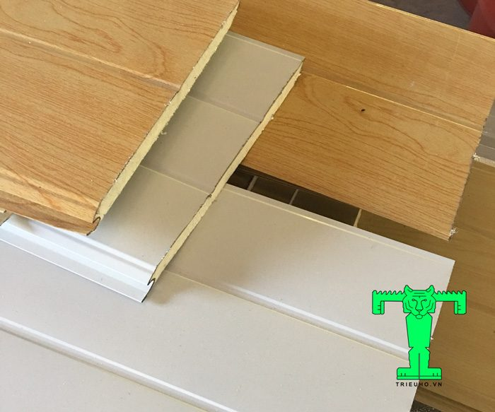 Cấu tạo trần tôn 3 lớp gồm : 1 lớp tôn nền, 1 lớp xốp PU cách nhiệt và 1 lớp giấy bạc