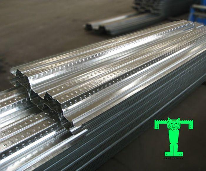 Khi thi công tấm sàn deck dày 0.95mm chỉ cần lắp ghép các tấm lại với nhau.