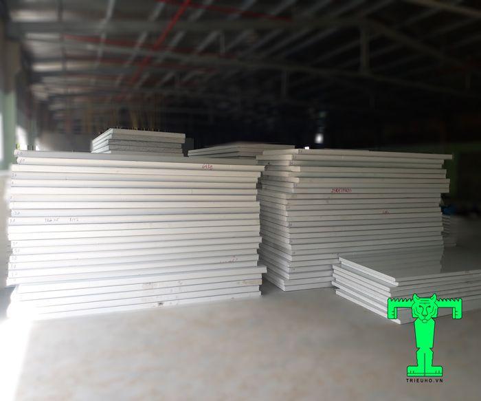 Tấm Panel EPS 3 lớp tôn nền dày 0.40mm + EPS 100mm + tôn 0.40mm có cấu tạo các lớp khá dày
