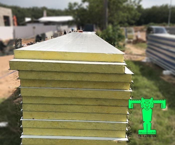 Tấm Panel chống cháy Glasswool có cấu tạo 3 lớp khá dày. Nó rất cứng và chắc chắn