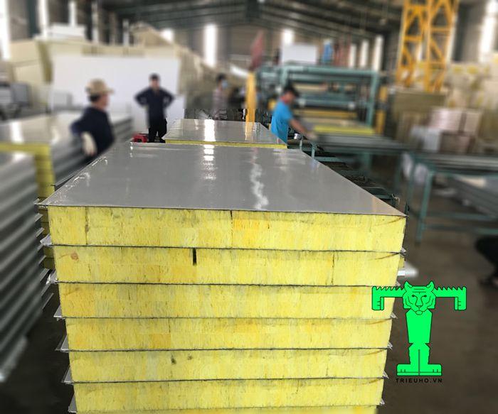 Tấm tôn panel chống cháy này được cắt khổ hiệu dụng là 950mm, chiều dài theo kích thước công trình