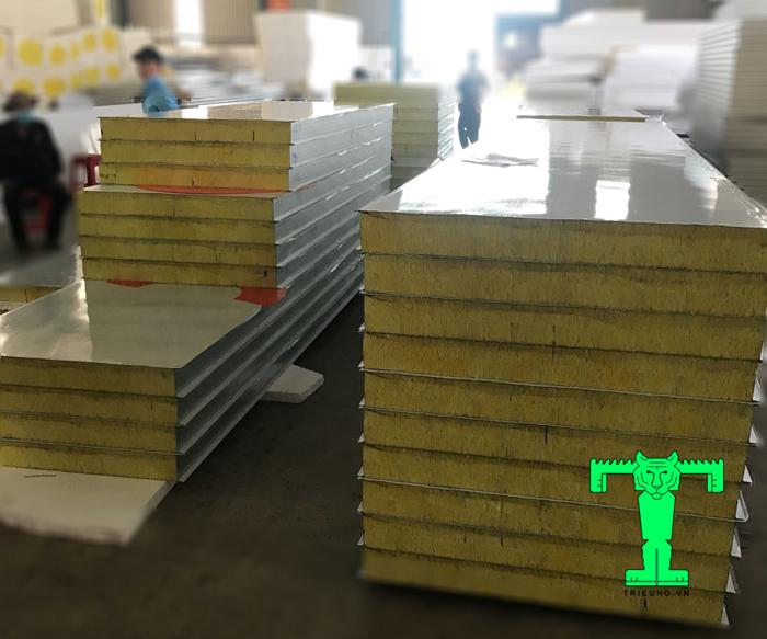 Tấm panel bông thủy tinh 3 lớp tôn nền dày 0.45mm + Glasswool 50mm 64kg/m3 + tôn 0.45mm có nhiều ưu điểm