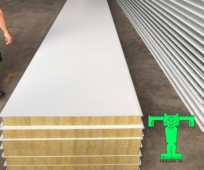 Tấm Panel Rockwool Triểu Hổ 3 lớp tôn nền dày 0.40mm + Rockwool 75mm 80kg/m3 + tôn 0.40mm có khá nhiều ưu điểm