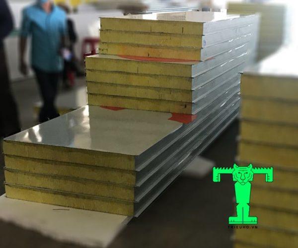 Tấm Panel Glasswool 3 lớp tôn nền dày 0.45mm + Glasswool 100mm 64kg/m3 + tôn 0.45mm