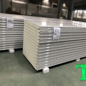 Tấm Panel PU 3 lớp tôn nền dày 0.45mm + PU 50mm + tôn 0.45mm
