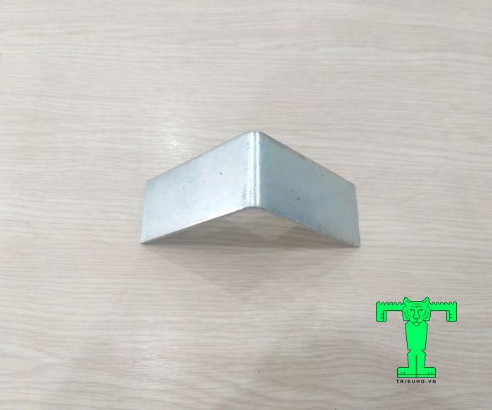 Phụ kiện tấm cách nhiệt cửa trượt ke góc V100x100x30x3,0mm gia cố góc treo cho cửa trượt panel