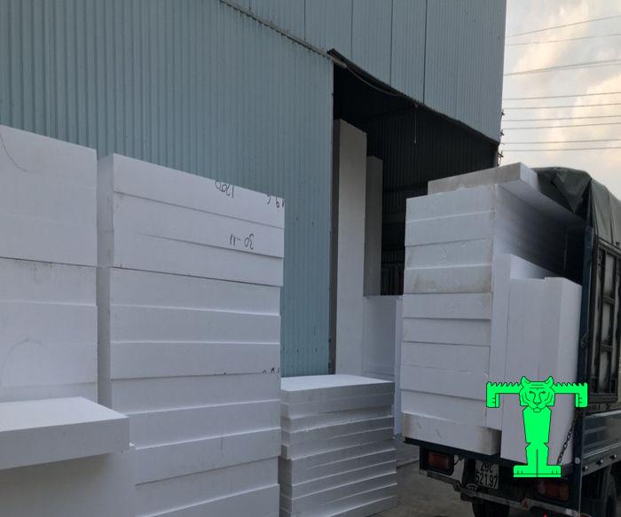 Mút xốp trắng tỉ trọng 10kg/m3 dễ vận chuyển và thi công. Giúp bạn tiết kiệm được nhiều chi phí và thời gian