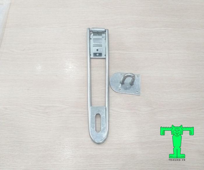 Tay khóa inox cửa 2 cánh gồm 2 chi tiết. Nó được gắn cố định bằng đinh vít ở 2 bên cánh cửa.