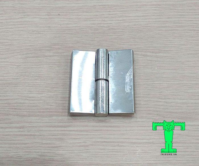Bản lề lá inox tự nâng phải có tác dụng nối cố định các cánh cửa đi bản lề bên phải với khung cửa bên phải lại với nhau