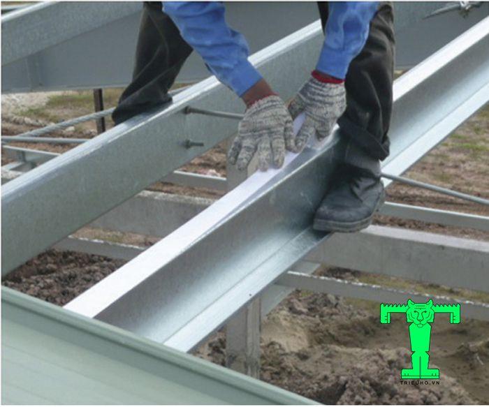Băng keo hai mặt Cát Tường bám dính khá tốt nên có thể dán được mọi bề mặt: sắt, gỗ...