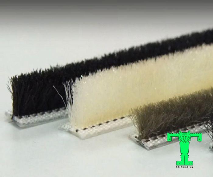 Gioăng lông cánh cửa là phụ kiện của bản lề Panel giúp của mở ra đóng vào nhẹ nhàng, êm ái, không gây tiếng động khi sử dụng