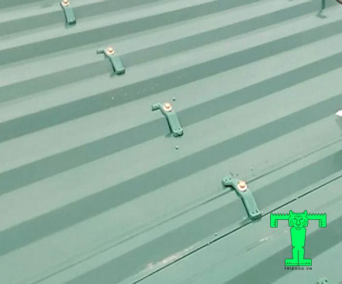 Tốc mái tôn cách nhiệt khắc phục bằng cách dùng cùm chống bão