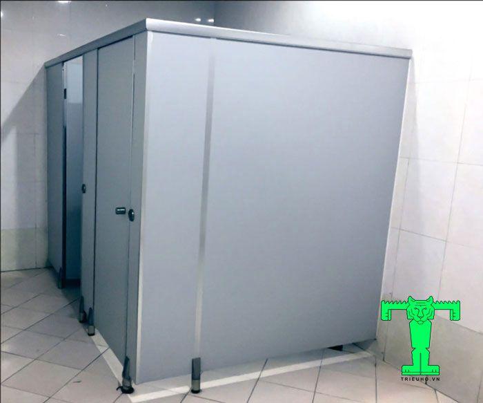 Tấm Compact HPL dày 12mm loại I thường xuyên được sử dụng trong nhiều công trình xây dựng công trình nhà vệ sinh công cộng.