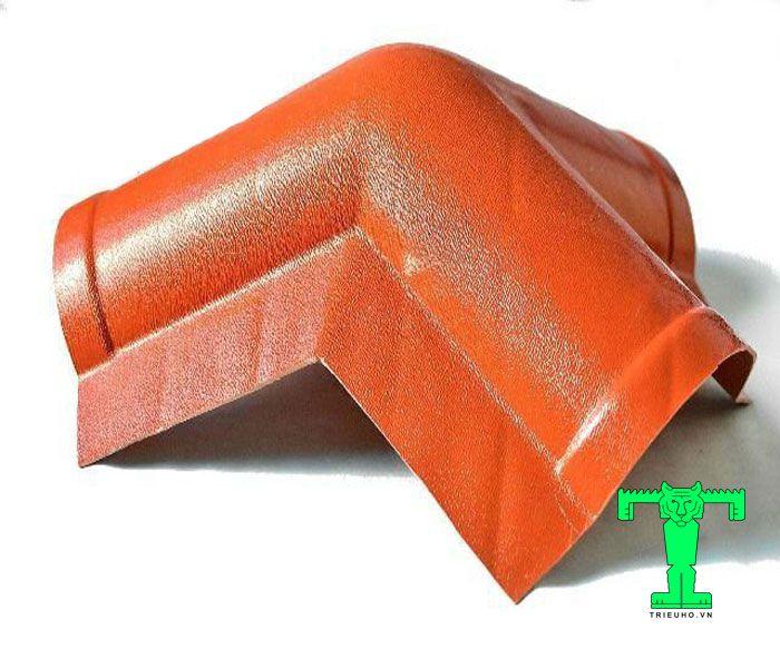 Tấm úp đỉnh mái ngói nhựa PVC dùng vào vị trí liên kết giữa 3 mái liền kề. Là phần kết nối của tấm úp nóc mái và 2 tấm úp sườn mái.