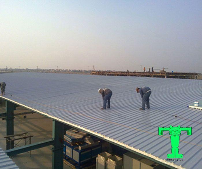 Lợp tôn xốp đúng kỹ thuật là bắt đầu từ đỉnh cao nhất đến mép mái