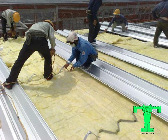 Thi công bông thủy tinh xong cần vệ sinh sạch sẽ để đảm bảo thẩm mỹ, chất lượng của công trình và an toàn cho người sử dụng