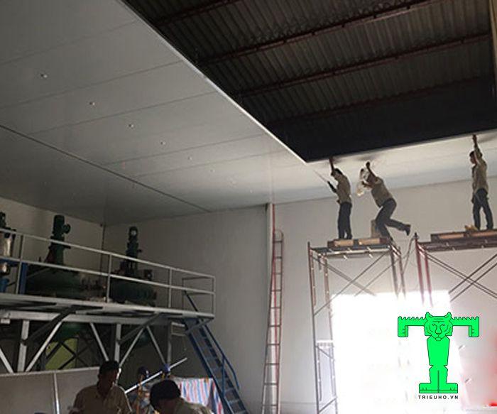 Lắp đặt trần Panel chống nóng cần làm tuần tự các bước mới chuẩn kỹ thuật và thẩm mỹ cao