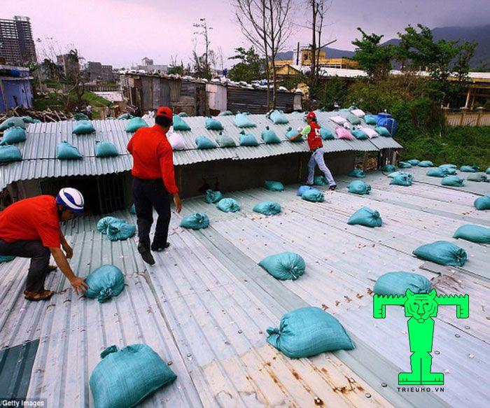 Tốc mái tôn cách nhiệt khắc phục bằng cách đặt bao cát lên mái