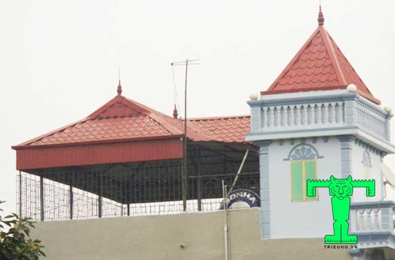Mẫu mái tôn sân thượng phong cách cổ điển