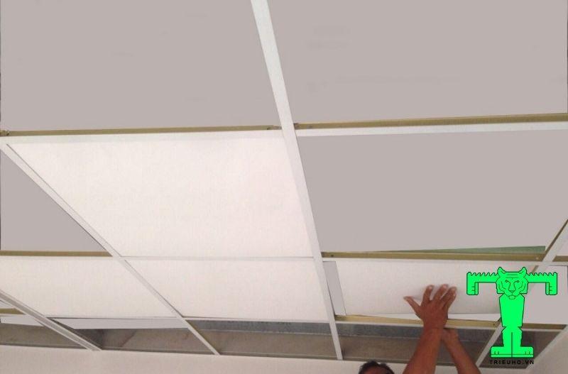 Sau đó ghép các tấm trần tương ứng vào khung trần