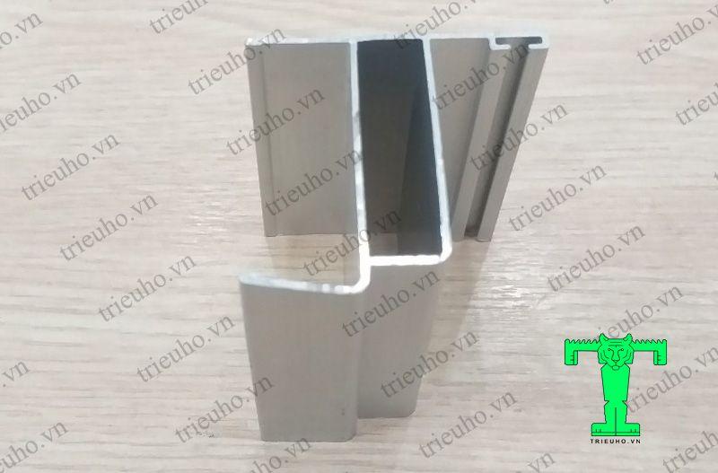<em>Thanh nhôm U54x53x1.1mm bo khung và bo cánh cửa bản lề Panel dày 50mm</em>